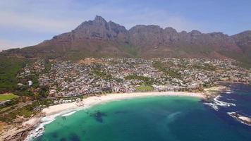 vista aérea do drone de viagens de acampamentos bay beach, cidade do cabo, áfrica do sul. video