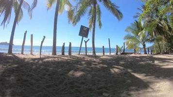 pov d'une plage tropicale pittoresque avec un panneau qui dit avertissement, courants de retour. video