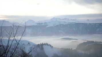vista panorámica del paisaje de montañas en la nieve. video