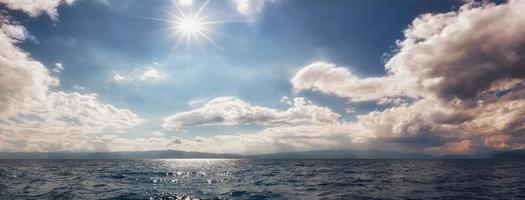 vista panorámica del hermoso cielo sobre el lago ohrid. cielo colorido con nubes nubladas y sol brillante. cielo nublado. cloudscape y skyscape atlake ohrid, macedonia del sur. foto