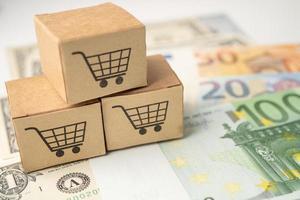 logotipo de carrito de compras en caja con fondo de billetes de dólar y euro, cuenta bancaria, economía de datos de investigación analítica de inversión, comercio, concepto de empresa en línea de exportación de importación de negocios foto