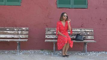 une femme assise sur un banc dans une station balnéaire de luxe en italie, europe. video