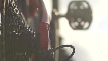 Nahaufnahme der Zahnräder Kettenrad und Kettenblatt auf einem Mountainbike. video
