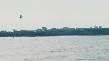 persone sul fiume in estate impegnate in sport estremi surf video