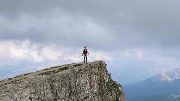 una mujer de excursión en las montañas. video
