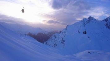 Luftdrohnenansicht einer Skigondelbahn und Berge in einem Skigebiet. video
