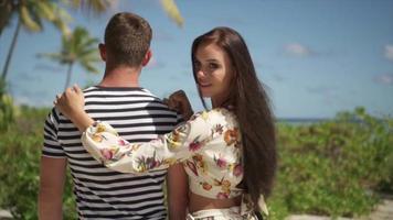 una coppia di uomo e donna che cammina su un sentiero nelle isole tropicali della Polinesia francese. video