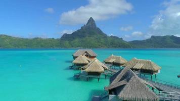 luchtfoto drone uitzicht op een luxeresort en bungalows boven het water op het tropische eiland Bora Bora. video
