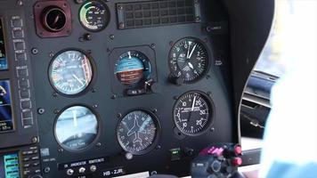 traço do painel de controle de um helicóptero com vôo piloto. video