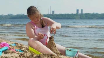 flicka som bygger ett sandslott video