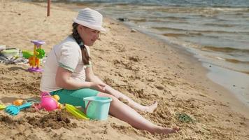 en flicka som bygger ett sandslott video