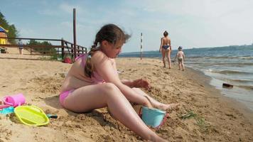 ett litet barn som bygger ett sandtorn video
