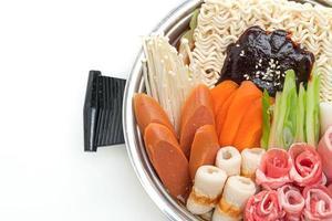 budae jjigae o budaejjigae o estofado del ejército o estofado de base del ejército: está cargado con kimchi, spam, salchichas, fideos ramen y mucho más foto