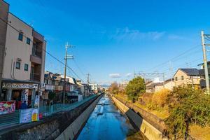 kyoto, japón - 11 de enero de 2020 - hermoso paisaje de la ciudad de kyoto con río en japón foto