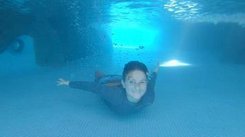 un ragazzo gioca in una grotta grotta blu in un resort dell'hotel. video