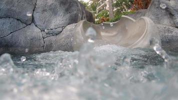 uno scivolo d'acqua in una piscina in un resort dell'hotel. video