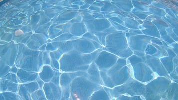 lichtreflecties in een zwembad in een hotelresort. video