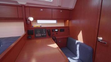 vue intérieure d'une table de navigation cartographique sur un voilier. video
