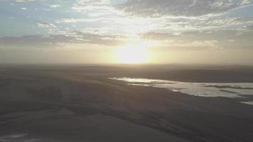 Vista aérea de drone del amanecer sobre un lago en las llanuras de África. video