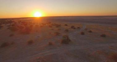 Vista aérea de drone de la puesta de sol sobre un desierto en las llanuras de África. video