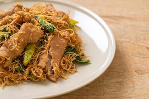 fideos de fideos de arroz salteados con salsa de soja negra y cerdo foto