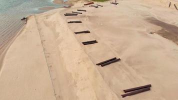 pelle de travail de carrière de sable et camion à benne basculante video