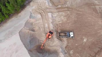 photo aérienne d'un travailleur du sable avec une grue video