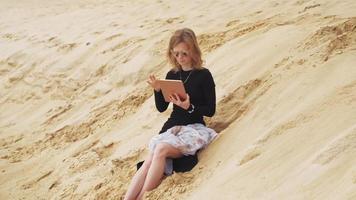 una donna su una tavoletta digitale video