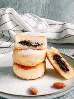 deliciosos panqueques de tartas de queso espolvoreados con azúcar en polvo. foto