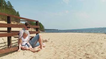 pai e filha estão na praia video