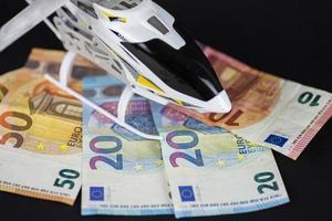 Modelo de helicóptero en la parte superior del dinero del euro foto