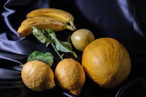 fruta amarilla sobre fondo negro foto