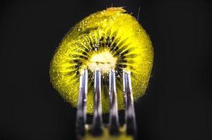composición con kiwi y tenedores foto