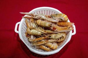 camarones para escurrir listos para sopa de pescado foto
