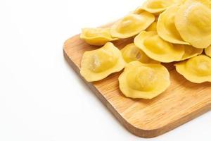 Pasta ravioles italianos tradicionales sobre fondo blanco. foto