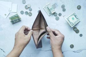 La mano del hombre abre una billetera vacía con espacio de copia. foto
