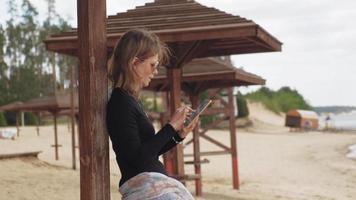 una giovane donna su un tablet video