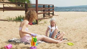 madre con su hija en un picnic video