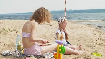hija con su madre en un picnic junto al río video
