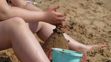 flickan bygger ett sandslott på flodstranden video