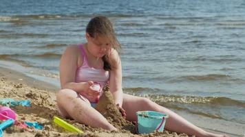 ett barn leker i sanden video