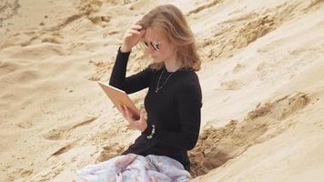 una giovane donna che usa un tablet video