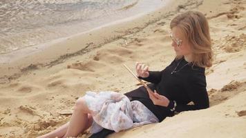 una giovane donna usa un tablet video