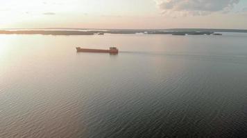 vue aérienne d'une péniche sur la rivière video