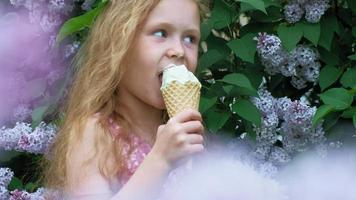 menina toma sorvete ao ar livre verão video