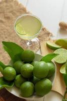 vaso el vodka y exprime ligeramente el limón y la sal en el borde del vaso foto