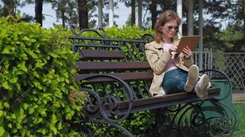 een jonge vrouw gebruikt een computertablet, extern bedrijfsconcept video