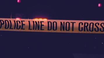 Attention, ligne de police, bande jaune, ne traversez pas l'emplacement criminel video