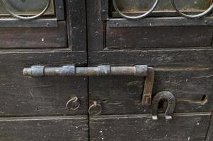 Pestillo vintage en una puerta histórica foto