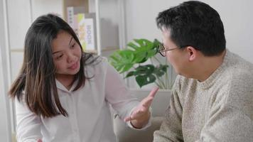 Infeliz pareja teniendo una discusión en la sala de estar en casa video